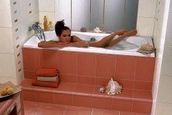 Девушка купается в ванной