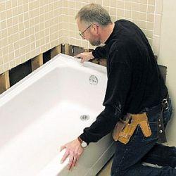 Мастер ставит ванну