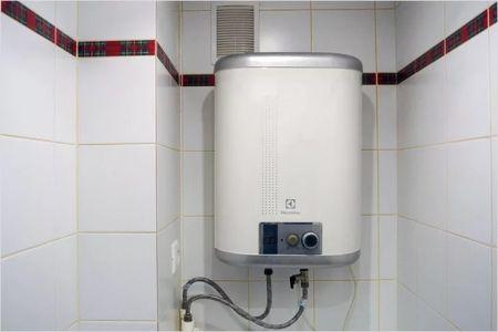 Настенный бойлер в туалете