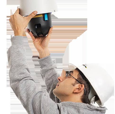Мастер устанавливает систему видеонаблюдения