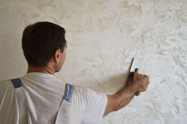 Нанесение на стену венецианской штукатурки
