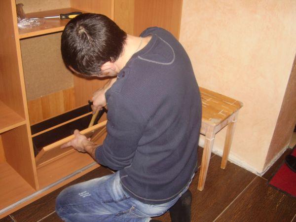Мастер собирает шкаф